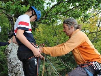 Bernd bereitet jeden prima auf eine Klettertour vor.