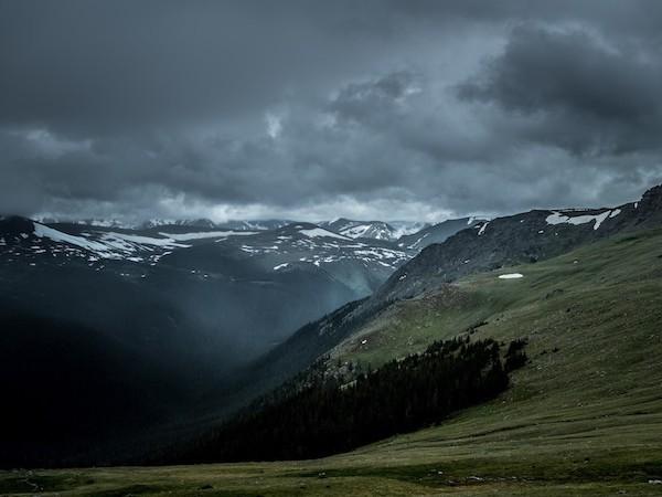 Eine Wanderung in den Bergen kann durch ein Gewitter gefährdet werden.