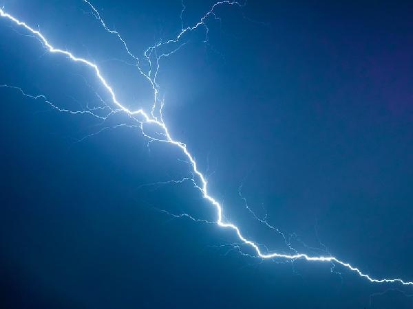 Die Blitze zucken über den Himmel.