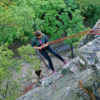 Auf unserer Kletterfreizeit in der Nähe von Mainz nimmst Du Dein eigenes Leben in die Hand und lernst Dich abzuseilen.