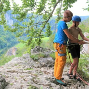 Unsere Trainer*innen erklären Dir genau wie alles beim Klettern funktioniert und kümmern sich um die Sicherheit.