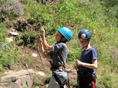 Bei der Kletterfreizeit lernst Du, wie Du Deinen Kletterbuddy sichern kannst.