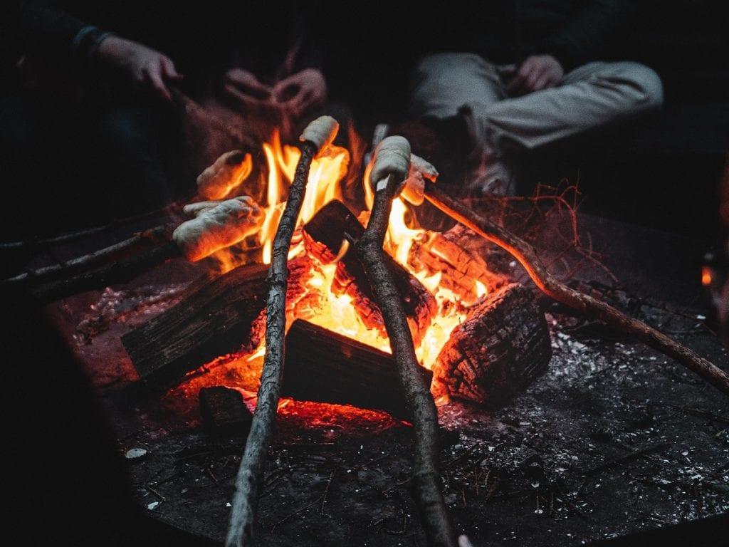 Am Lagerfeuer darf ein frisches Stockbrot nicht fehlen!