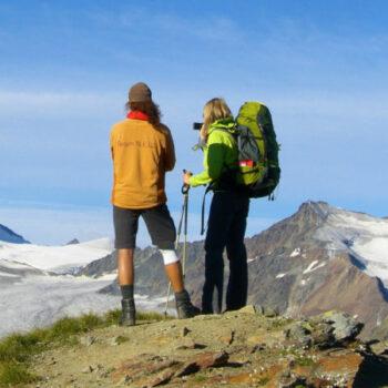 Zu Fuß über die Alpen. Bei der Alpenüberquerung kannst Du es ausprobieren.