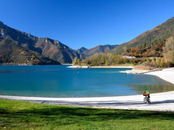Klassenfahrt Italien: Kanufahren auf dem Ledrosee.