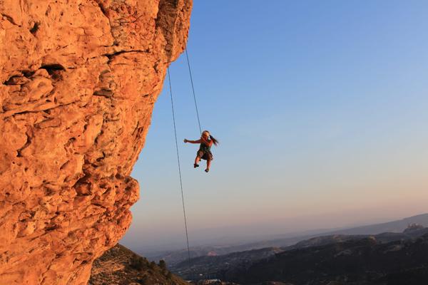 SAbine sit kletternde Erlebnispädagogin