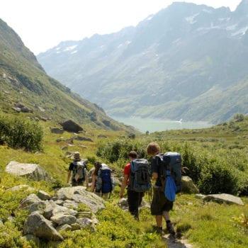 Mit einer Gruppe jung(geblieben)er Menschen geht's einmal quer durch die Schweizer Alpen.