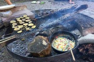 Hier wird eine Mahlzeit gezaubert. Der legendäre Feta-Gemüsetopf aus dem Dutch Oven