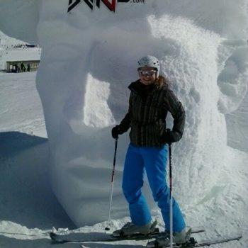 Caroline ist leidenschaftliche Skifahrerin.