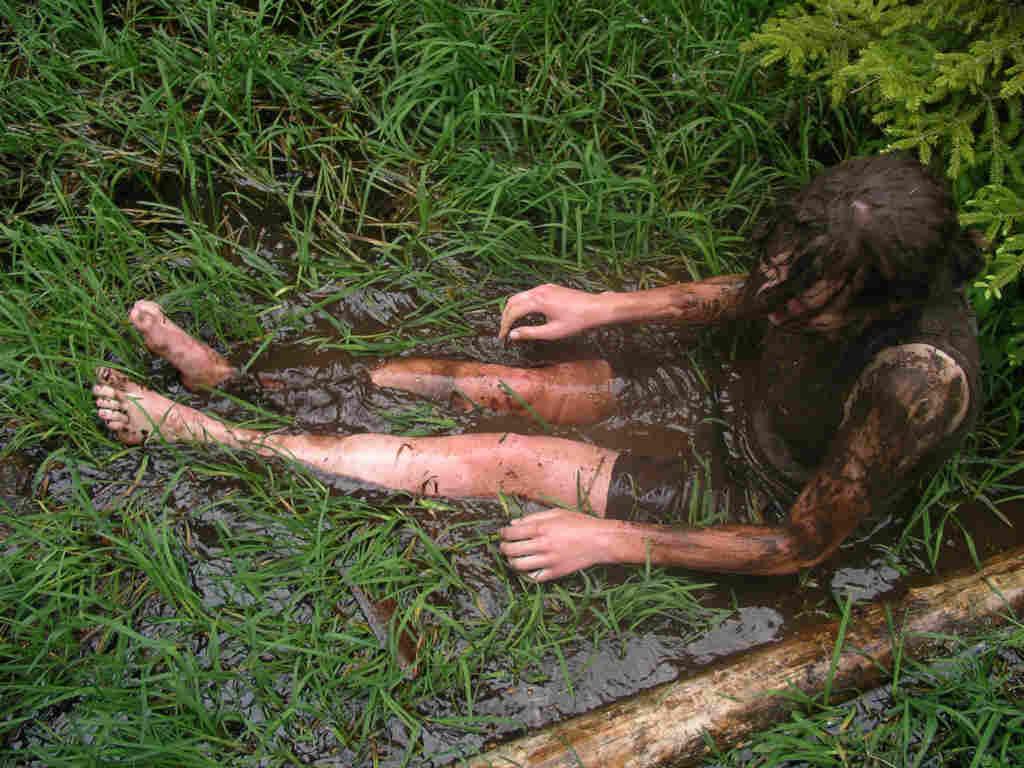 Bei einem Schlammbad erlebt man die Natur hautnah!