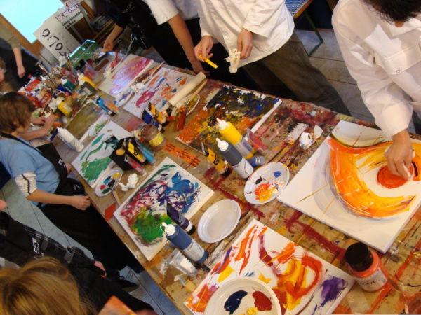 Malen, Kleben, Basteln. Wir haben viele Workshops im Programm der Ferienbetreuung in Mainz!