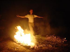 Mit Entschlossenheit und von Herzen über glühende Kohlen beim Modul Feuerlauf