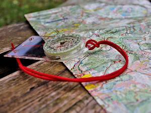 Orientierung aus unserem Baukasten: Ohne digitale HIlfsmittel, nur mit Karte und Kompass das Ziel finden.
