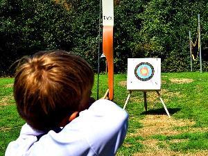 Mit Pfeil und Bogen umgehen zu lernen, als Teamspiel oder als Konzentrationsübung - beides spannend