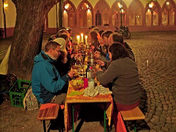 Ein spontan inszeniertes Abendessen auf dem Marktplatz ohne Geld?r schafft es, dies ohne Geld zu organisieren? Das und vieles mehr erleben SIe beim City Bound!