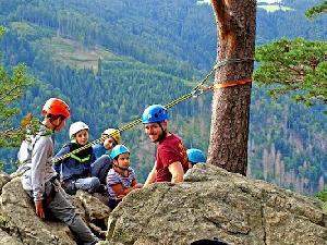 Gemeinsam Spaß haben und an der Herausforderung wachsen beim Modul Felsklettern