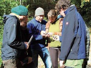 Teamwork ist gefragt beim Modul Geocaching, in welch Richtung gehts? Wer kann die GPS-Geräte richtig lesen?
