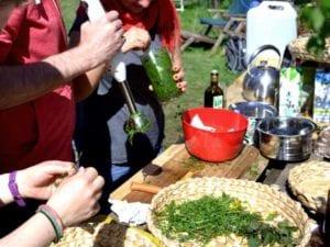 Am Ende der Kräuterexkursion werden die gesammelten Schätze gemeinsam zu einem leckeren Essen verarbeitet!