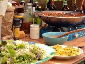 Am Ende des Modul Kräuterexkursion werden die gesammelten Schätze gemeinsam zu einem leckeren Essen verarbeitet!