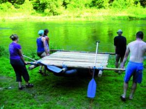 Nach getanem Floßbau gehts zur Jungfernfahrt aufs Wasser