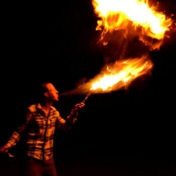 Feuerspucken und Feuerjonglage - das Nachtprogramm bei unserer Zirkusfreizeit