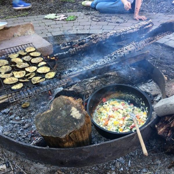 Bei der Klassenfahrt kochen wir vegetarisches Essen auf dem Lagerfeuer