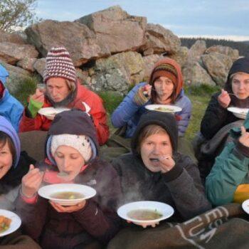 Zusammen kochen und essen zählt zum täglichen Programm auf unseren Erlebnispädagogik Klassenfahrten